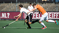 AMSTELVEEN  - Hockey -  1e wedstrijd halve finale Play Offs dames.  Amsterdam-Bloemendaal (5-5), Bl'daal wint na shoot outs.  Boris Burkhardt (A'dam) met Floris Wortelboer (Bldaal)    COPYRIGHT KOEN SUYK