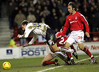 Fotball<br /> Championship England 2004/05<br /> Nottingham Forest v Sunderland<br /> 28. desember 2004<br /> Foto: Digitalsport<br /> NORWAY ONLY<br /> Sunderland's Chris Brown is brought down on the edge of the penatly area by Gregor Robertson and Shawn Derry