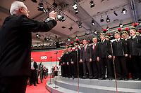 18 OCT 2008, BERLIN/GERMANY:<br /> Franz Muentefering (L), SPD, Parteivorsitzender, und Frank-Walter Steinmeier (R), SPD, Bundesaussenminister, singen zum Abschluss des Parteitages mit dem Bergmannschor Essen ausserordentlicher Bundesparteitag der SPD, Estrell Convention-Center<br /> IMAGE: 20081018-01-394<br /> KEYWORDS: Party Congress, Parteitag, Sonderparteitag, Franz Müntefering, Chor, Bergleute