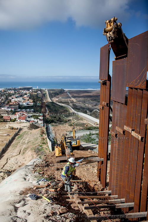 A new fence will replace the old one in Tijuana, after the arrive of the migrant caravan in Tijuana