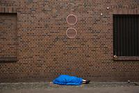 DEU, Deutschland, Germany, Berlin, 26.10.2017: Eine Obdachlose Person schläft in einem Schlafsack in der Nähe der Stadtmission am Bahnhof Zoo, Tiergarten.