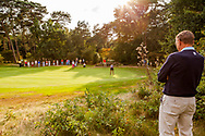 01-09-2016 Golffoto's van het Nationaal Open op de Hilversumsche Golf Club in Hilversum. finale.  Willem Zelsmann bekijkt de laatste flight van de dames