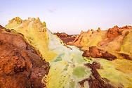 Farbige vulkanische Phänomene beim Vulkan Dallol mit Solfataren in der Danakil-Senkel, 120 Meter unter dem Meeresspiegel, am Abend, Afar-Region, Äthiopien / <br /> <br /> Farbige vulkanische Phänomene beim Vulkan Dallol mit Solfataren in der Danakil-Senkel, 120 Meter unter dem Meeresspiegel, am Abend, Afar-Region, Äthiopien
