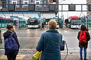 Nederland, Nijmegen, 13-3-2018Bij het busstation van de stad staan mensen te wachten om in te stappen in de bus. Het is stadsvervoer in een stadsbus van vervoerder Breng die ook regionaal vervoer verzorgt .Foto: Flip Franssen