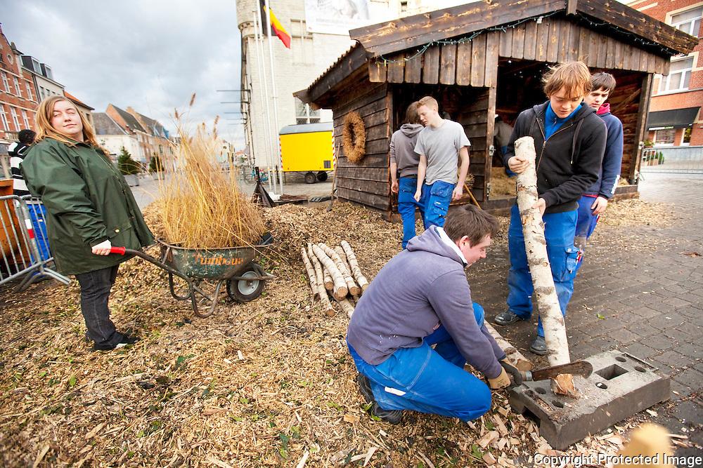 370983-Leerlingen van het 5de middelbaar Houtbewerking van Scheppersinstituut bouwen de kerststal op Grote Markt Herentals