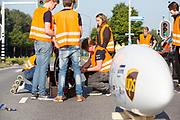 De Velox wordt klaar gemaakt voor vertrek. In Helmond test het HPT hun nieuwe fiets op de A270. In september wil het Human Power Team Delft en Amsterdam, dat bestaat uit studenten van de TU Delft en de VU Amsterdam, tijdens de World Human Powered Speed Challenge in Nevada een poging doen het wereldrecord snelfietsen voor vrouwen te verbreken met de VeloX 7, een gestroomlijnde ligfiets. Het record is met 121,44 km/h sinds 2009 in handen van de Francaise Barbara Buatois. De Canadees Todd Reichert is de snelste man met 144,17 km/h sinds 2016.<br /> <br /> In Helmond the HPT tests the new bike on the highway A270. With the VeloX 7, a special recumbent bike, the Human Power Team Delft and Amsterdam, consisting of students of the TU Delft and the VU Amsterdam, also wants to set a new woman's world record cycling in September at the World Human Powered Speed Challenge in Nevada. The current speed record is 121,44 km/h, set in 2009 by Barbara Buatois. The fastest man is Todd Reichert with 144,17 km/h.