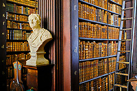 République d'Irlande, Dublin, Trinity College, Old Library (ancienne bibliothèque), buste de Aristote // Republic of Ireland; Dublin, Library at Trinity College,  The Long Room, a beautiful, famous and historic old library in Ireland, bust of Aristotle