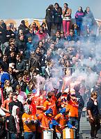 BLOEMENDAAL - HOCKEY - Supporters met vuurwerk tijdens de play offs hoofdklasse hockeywedstrijd tussen de mannen van Bloemendaal en Rotterdam (1-4) . Rotterdam door naar de finale. FOTO KOEN SUYK