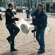 Gordon maakt schoppende beweging naar fotograaf Peter Scholten in Laren