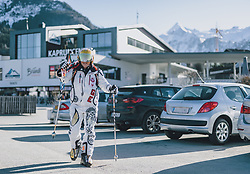 15.03.2020, Kaprun, AUT, Coronavirus in Österreich, im Bild Skifahrer verlassen das Skigebiet // Skiers leaving the ski Resort. The Austrian government is pursuing aggressive measures in an effort to slow the ongoing spread of the coronavirus, Kaprun, Austria on 2020/03/15. EXPA Pictures © 2020, PhotoCredit: EXPA/ JFK