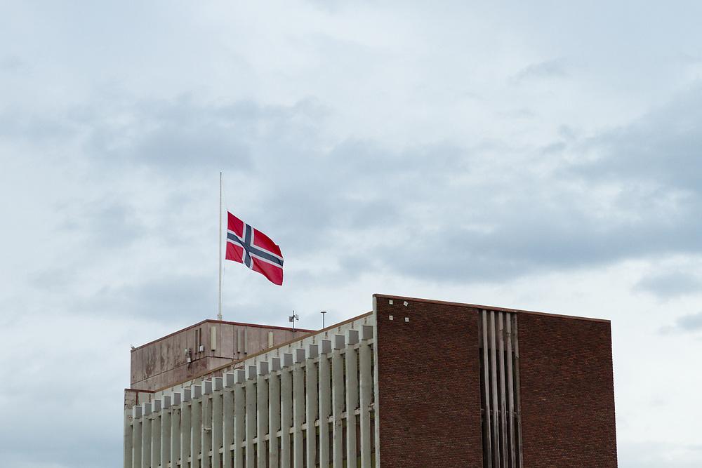 NARVIK 21. AUGUST 2011 - Flagg på halv stang over Narvik rådhus, som del av nasjonal minnemarkering over terroranslaget mot Norge 22. juli 2011.