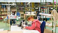 DEU, Deutschland, Germany, Eberswalde, 11.06.2020: In der Corona-Krise produziert der Schulranzenhersteller Thorka (McNeill) auch Mund-Nase-Schutzmasken. Hier Frauen an Nähmaschinen beim nähen der Masken. Im Unternehmen gibt es Pläne, in die Herstellung von medizinischen FFP-Masken einzusteigen.