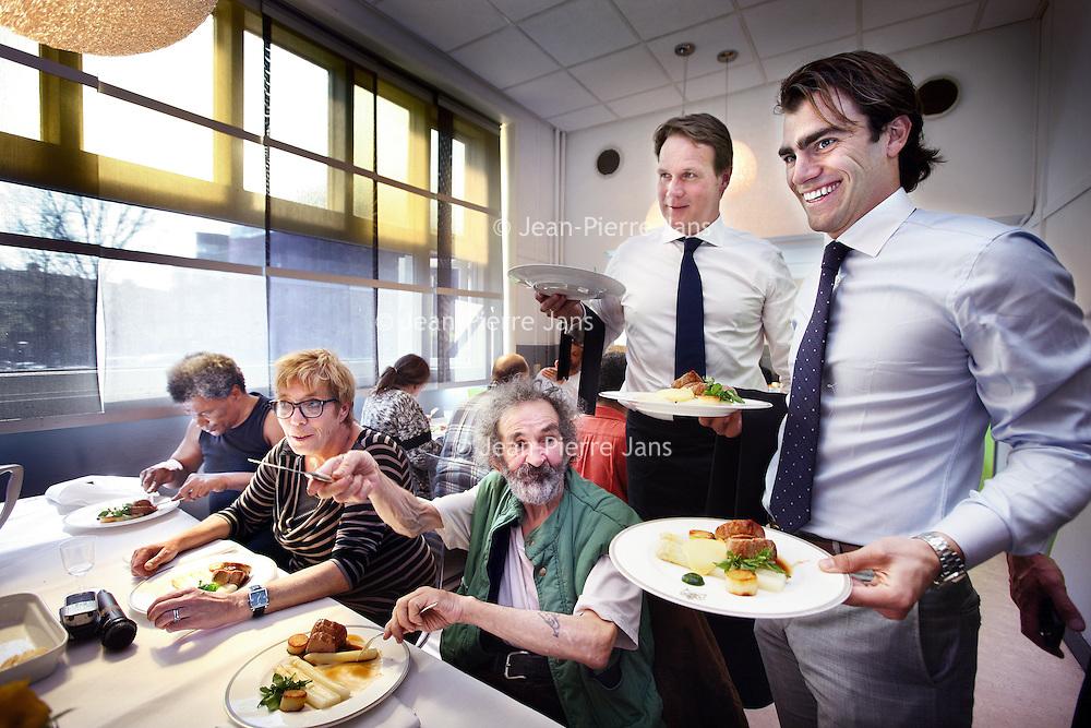 Nederland, Amsterdam , 23 april 2014.<br /> Aspergelunch door sterrenchefs voor Leger des Heils.<br /> De aspergelunch voor bewoners van de Zuiderburgh, een maatschappelijke opvang van het Leger des Heils, vorig jaar smaakte naar meer: woensdag 23 april aanstaande serveren de chef-koks van vijf Amsterdamse toprestaurants daarom opnieuw een sterrenlunch met als hoofdingrediënt het witte goud uit Limburg. De deelnemende restaurants zijn Ron Gastrobar (*), Le Garage, La Rive (*), Vinkeles (*) en De Kerstentuin. Deze lunch wordt niet alleen aangeboden door de Nationale Aspergepartij, de bestuursleden zullen zelf ook de handen uit de mouwen steken door de bediening te verzorgen in samenwerking met deelnemers van 50 50 Food, het arbeidsre-integratie project van het Leger des Heils.<br /> Sterrenstage met baan<br /> Foto:Jean-Pierre Jans