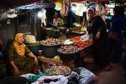 Traditionele groente-pasar in de oude Islamitische wijk Arab Quarter, authentieke buurt in Soerabaja stad.