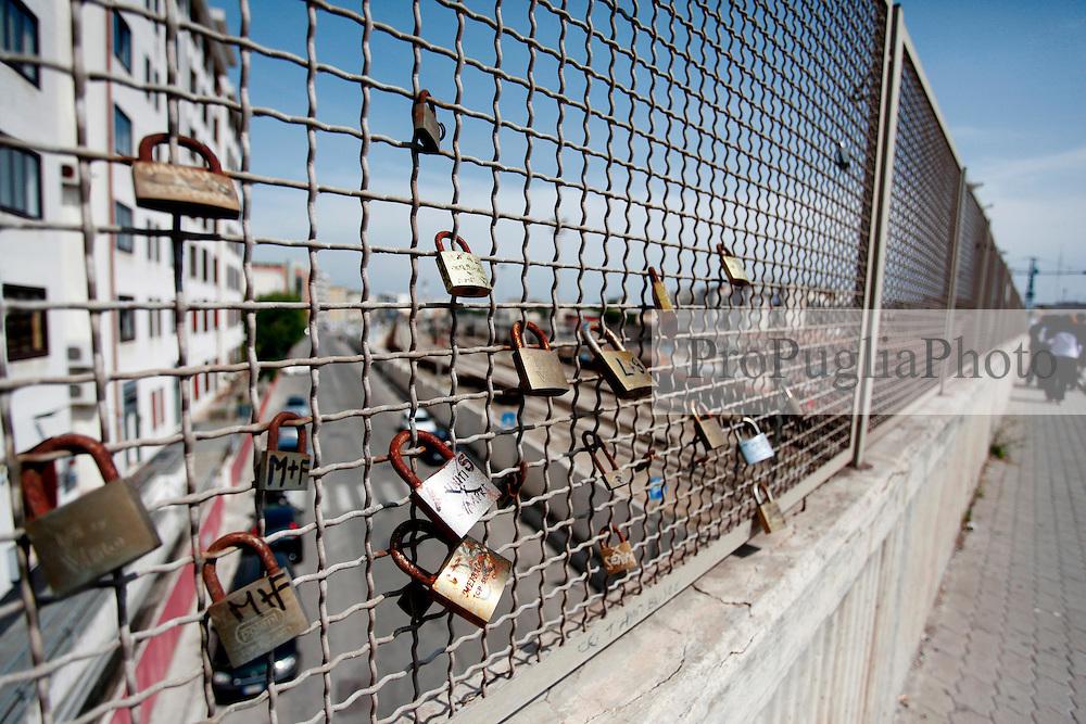 Una moda quello di giurarsi eterno amore legando un lucchetto ad una grata o ad un palo. Come a Roma anche a Brindisi i ragazzini, sul ponte che porta veso il centro della città, hanno legato dei lucchetti.
