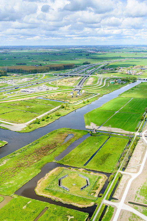 Nederland, Zuid-Holland, Leiderdorp, 28-04-2017; Boortunnel onder het Groene Hart van de hogesnelheidslijn (HSL-Zuid). Polder Achthoven met luchtschacht van de tunnel die de drukgolf van de treinen opvangt.<br /> Drilled tunnel of the High Speed Train (HSL) under so-called the Green Heart, with the air shaft of the tunnel that enables the pressure wave of the trains to escape. <br /> luchtfoto (toeslag op standard tarieven);<br /> aerial photo (additional fee required);<br /> copyright foto/photo Siebe Swart