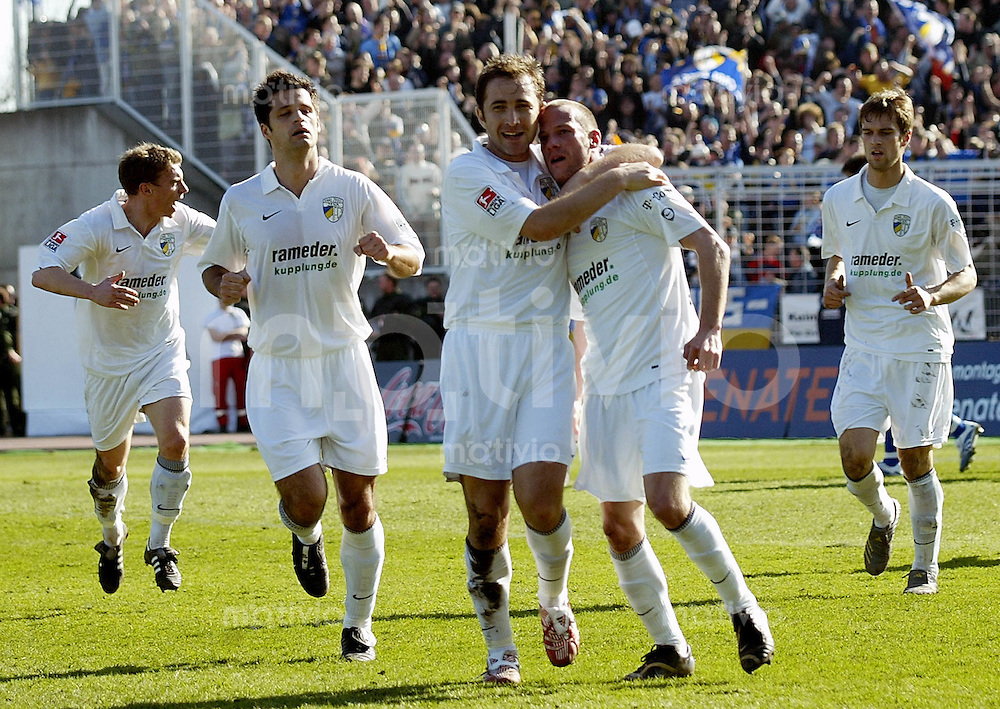 Jena , 110307 , Saison 2006/2007 ; Fussball 2.Bundesliga FC Carl Zeiss Jena - Karlsruher SC KSC  Filip TAPALOVIC , Mikheil ASHVETIA und Mark ZIMMERMANN (Jena) jubeln ueber das 1:1