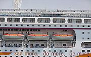 Griekenland, Athene, 5-7-2008Cruiseschip in de haven van Piraeus.Cruiseship in the harbour of Piraeus.Foto: Flip Franssen