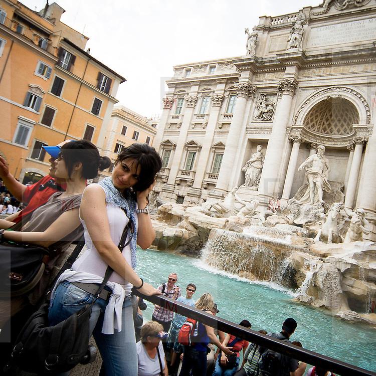 Turisti vicini alla Fontana di Trevi..Tourists near the Trevi Fountain