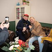 NLD/Utrecht/20200214 - Bn'ers zoeken echt contact met reizigers, Jamai Loman praat met reizigers