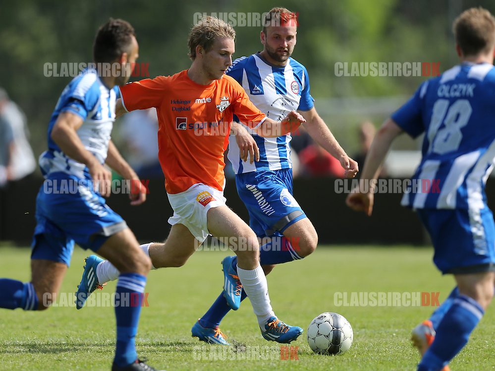 FODBOLD: Anders Holst (FC Helsingør) følges af Casper Offenberg (GVI) under kampen i 2. Division Øst mellem Gentofte-Vangede IF og FC Helsingør den 7. juni 2014 i Nymosen, Vangede Foto: Claus Birch
