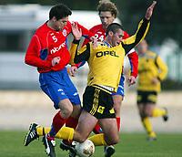 Fotball, La Manga, Spania. 01. mars 2002. Clayton Zane, Lillestrøm, tas av Helsingborg s  Joso Metovvac (?) (5) og  Jesper Jensson (25).
