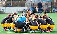 BLOEMENDAAL - hockey - Competitie Landelijk meisjes : Bloemendaal MB1-Den Bosch MB1 (1-1). Huddle Den Bosch.  COPYRIGHT KOEN SUYK
