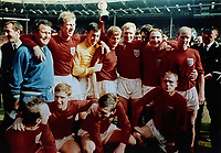 Fotball<br /> Foto: Colorsport/Digitalsport<br /> NORWAY ONLY<br /> <br /> ENGLAND, WORLD CUP WINNERS 1966. Back Row L>R, SHEPHERDSON (TRAINER), JACK CHARLTON, GORDON BANKS, ROGER HUNT, BOBBY MOORE, GEOFF HURST, GEORGE COHEN & BOBBY CHARLTON.  Front Row, L>R, NOBBY STILES, ALAN BALL, MARTIN PETERS & RAY WILSON