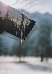 THEMENBILD - Eiszapfen hängen von einem Hausdach, aufgenommen am 09. Jänner 2021 in Kaprun, Oesterreich // Icicles hanging from a house roof, in Kaprun, Austria on 2021/01/09. EXPA Pictures © 2021, PhotoCredit: EXPA/Stefanie Oberhauser