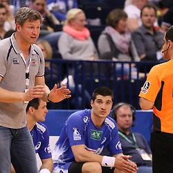 Hamburg, 24.05.2015, Sport, Handball, DKB Handball Bundesliga, HSV Handball - SG Flensburg-Handewitt : Jens Häusler (HSV Handball, Trainer) nicht einverstanden mit der Schiedsrichter Entscheidung<br /> <br /> Foto © P-I-X.org *** Foto ist honorarpflichtig! *** Auf Anfrage in hoeherer Qualitaet/Aufloesung. Belegexemplar erbeten. Veroeffentlichung ausschliesslich fuer journalistisch-publizistische Zwecke. For editorial use only.