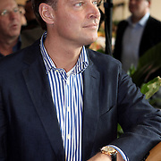 NLD/Amsterdam/20081001 - Lunchconcert musical Piaf Hotel, Albert Verlinde luisterend naar Liesbeth List