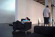 Spanje, Barcelona, 2-6-2005  Een bezoekster, vrouw van de fotograaf, van het museum voor moderne, hedendaagse kunst is op een stoel in slaap gevallen.Foto: Flip Franssen