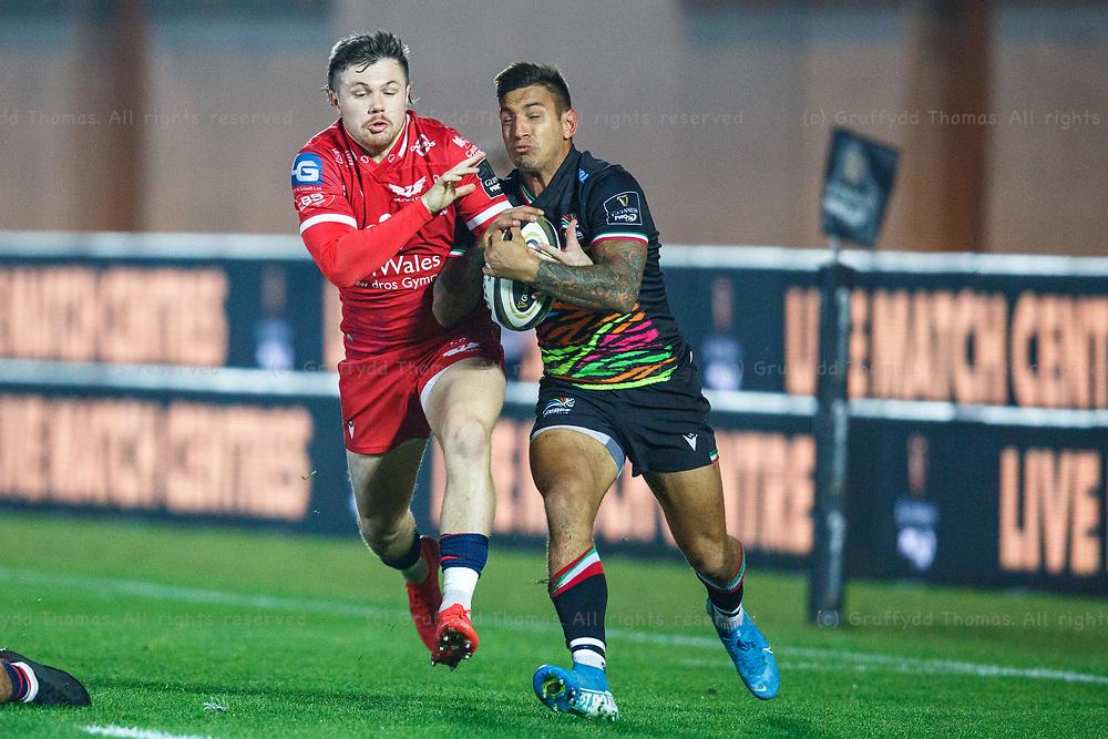 Llanelli, UK. 8 November, 2020.<br /> Scarlets winger Steff Evans on the attack during the Scarlets v Zebre PRO14 Rugby Match.<br /> Credit: Gruffydd Thomas/Alamy Live News