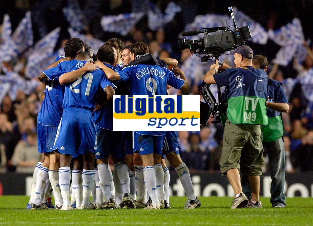 Photo: Daniel Hambury.<br /> Chelsea v Barcelona. UEFA Champions League, Group A. 18/10/2006.<br /> Chelsea's players celebrate victory.