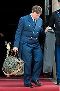 Prinses Beatrix heeft in het Koninklijk Paleis in Amsterdam 3 Zilveren Anjers uitgereikt. Dat is de prijs die prins Bernhard in 1950 in het leven riep als eerbetoon voor mensen die zich 'vrijwillig en onbetaald' inzetten voor cultuur of natuurbehoud. <br /> <br /> Princess Beatrix has awarded three Silver Carnations in the Royal Palace in Amsterdam. This is the price that Prince Bernhard in 1950 established it as a tribute to people who 'voluntarily and unpaid' work for culture or nature.<br /> <br /> op de foto / On the Photo: Kleding van Prinses Beatrix wordt naar buiten gebracht / Dress Princess Beatrix is brought out