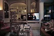 Nederland, Ubbergen, 20-3-2020  Een echtpaar uit de risicogroep kijkt thuis naar de toespraak van koning Willem Alexander mbt de coronacrisis . Foto: Flip Franssen