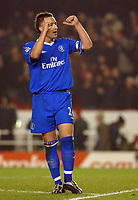 Fotball<br /> Premier League England 2004/2005<br /> Foto: BPI/Digitalsport<br /> NORWAY ONLY<br /> <br /> Arsenal v Chelsea<br /> FA Barclays Premiership, Highbury 12/12/04<br /> <br /> Chelsea's captain John Terry celebrates a point with the fams at the end of the game