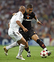 Fotball<br /> Champions League 2004/05<br /> Real Madrid v Roma<br /> 28. september 2004<br /> Foto: Digitalsport<br /> NORWAY ONLY<br /> As Roma Hassan Mido and Real Madrid Roberto Carlos