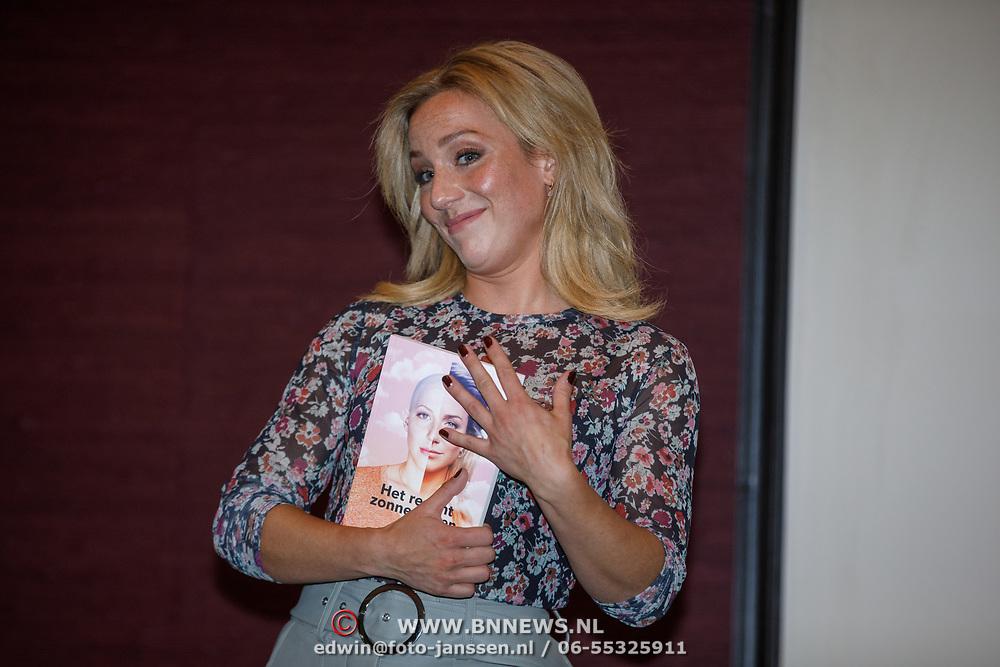NL/Amsterdam/20200925 - Boekpresentatie Fien Vermeulen, Fien Vermeulen met haar nieuwe boek