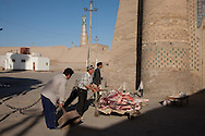 PALAVAN DARWAZA - gate - at the entrance of the old city. market  KHIVA  Ouzbekistan  .///.PALVAN DARWAZA porte des remparts et marche a l'entree de  la vieille ville, marche  KHIVA  Ouzbekistan .///.OUZB56296