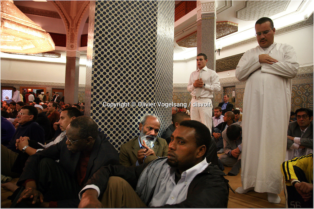 Suisse. Genève. La fête de l'Aïd el-Fitr, qui marque la fin du jeûne musulman du Ramadan est célébrée ce lundi à la mosquée du Grand Saconnex. Plus de 8000 musulmans ont assisté à la prière.<br /> Switzerland. Geneva. The holiday of Aïd el-Fitr, which marks the end of the Moslem fast of Ramadan is celebrated on Monday in the mosque of Grand Saconnex. More than 8000 Moslems attended the prayer.