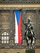Der obere Teil des Wenzelsplatzes in Prag mit dem Wenzelsdenkmal. Im Hintergrund die tschechische Nationalflagge und das Nationalmuseum.<br /> <br /> The upper part of Wenceslas Square with the Czech national flag, Wenceslav monument and the National Museum in the back.
