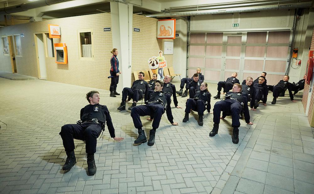 Apeldoorn, 11 februari 2016.<br /> IBT-opleiding bij de KMar, koning Willem III kazerne. IBT straat, warming-up.