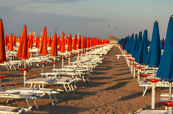 THEMENBILD - bunte Sonnenschirme und leere Liegestühle an einem Sandstrand, aufgenommen am 16. Juni 2018, Lignano Sabbiadoro, Österreich // Colorful umbrellas and empty beach chairs on a sandy beach on 2018/06/16, Lignano Sabbiadoro, Austria. EXPA Pictures © 2018, PhotoCredit: EXPA/ Stefanie Oberhauser