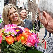 NLD/Amsterdam/20150916 - Koningin Maxima bezoekt instrumentendepot van het leerorkest in Amsterdam, Koningin Maxima ontvangt bloemen van een oranjefan