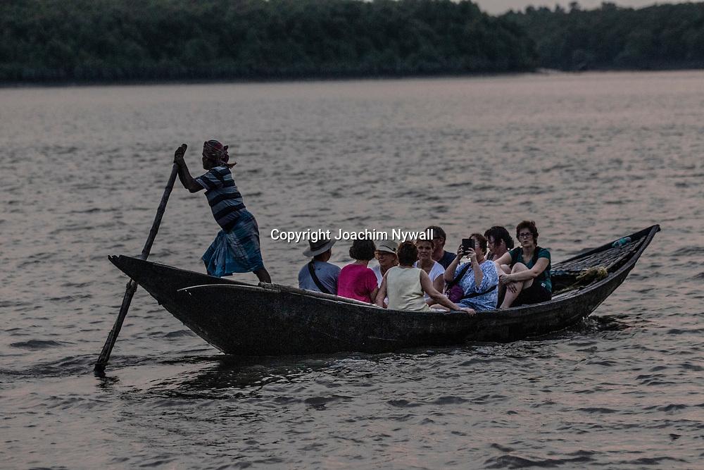 2019 10. 05  Sunderbans West Bengal Indien<br /> Solnedgång över havet i Sunderbans<br /> Turister på en liten båt<br /> <br /> <br /> ----<br /> FOTO : JOACHIM NYWALL KOD 0708840825_1<br /> COPYRIGHT JOACHIM NYWALL<br /> <br /> ***BETALBILD***<br /> Redovisas till <br /> NYWALL MEDIA AB<br /> Strandgatan 30<br /> 461 31 Trollhättan<br /> Prislista enl BLF , om inget annat avtalas.
