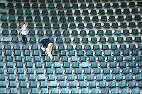 DEN HAAG - WK hockey . Vrijwilligers nummeren de stoeltjes in het Kyocera Stadion.  COPYRIGHT KOEN SUYK