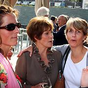 NLD/Hilversum/20070817 - Straten rond het Mediapark Hilversum vernoemd, Mies Bouwman neemt afscheid van haar dochters Janneke, Marijke en Mies