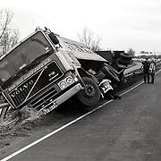 NLD/Weesp/19930126 - Ongeval A1 bij Weesp, vrachtwagen van de weg af, tegen de vangrail en half gekanteld