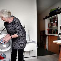 Nederland, Amsterdam , 1 april 2015.<br /> Bewoners van woongroep Stadskruid in de Tweede Constantijn Huygestraat.<br /> Op de foto: De gemeenschappelijke washok tevens bibliotheek.<br /> Foto:Jean-Pierre Jans